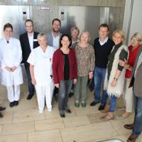 Ortsverein, Kreisvorstand, Kreisräte und MdB Bernd Rützel mit dem Team des Geriatriezentrums